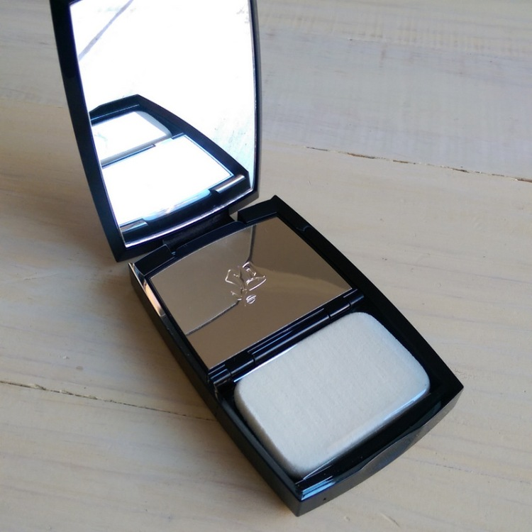 How much do we love compacts that contain a nice, big mirror?